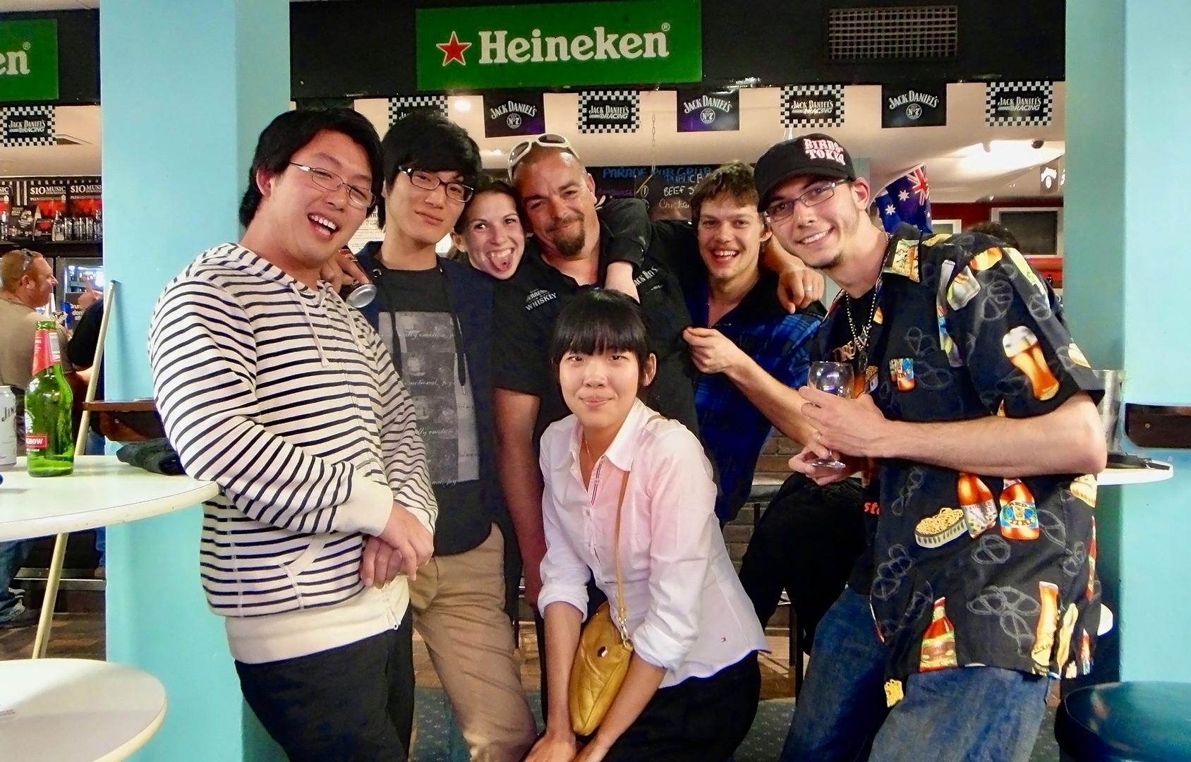 Bar에 모인 여러 인종의 친구들이 함께 모여 찍은 사진