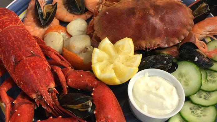 람스터와 게요리가 담긴 요리 사진 Lobster and Crap Dish