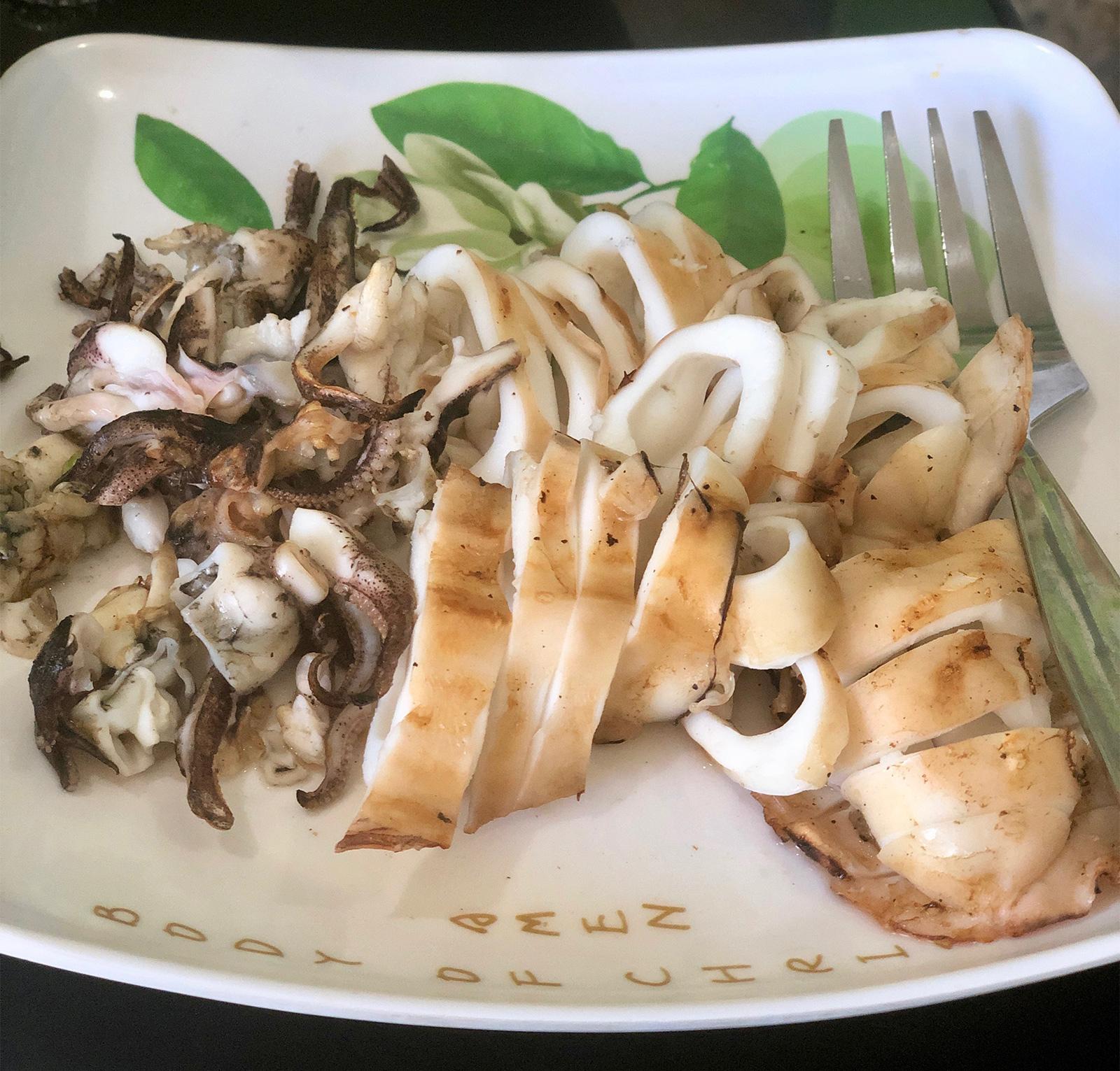 그릇에 담긴 구운 갑오징어와 포크