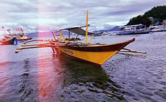 노란색과 빨간색으로 칠해진 배