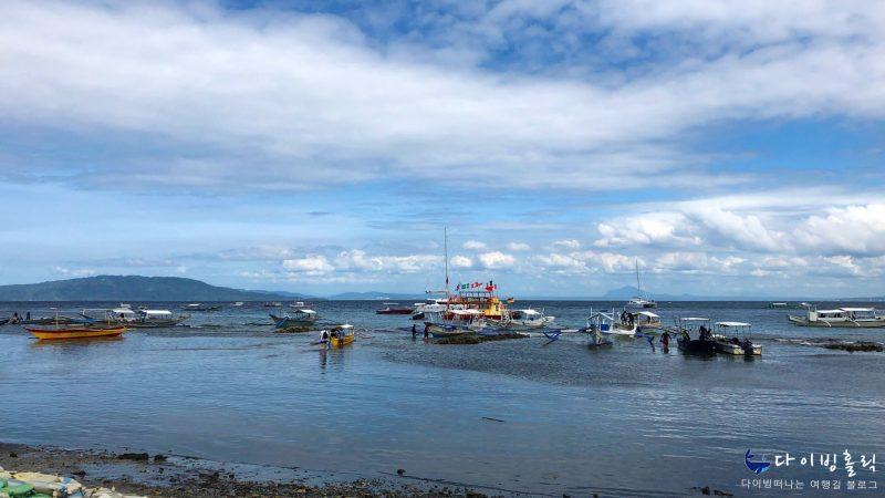 얕은 해변에 작은 배들이 정박해있다.
